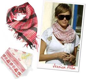 Стильные шарфы на женской шее фото