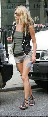 Kate Moss носит сандалии-гладиаторы с короткими шортами, топом и жилетом