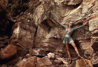Kate Moss рекламирует сандалии-гладиаторы с коротким платьем