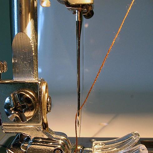 Швейная игла в машинке фото