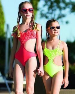 Детские купальники для девочек стильно, красочно и нарядно фото