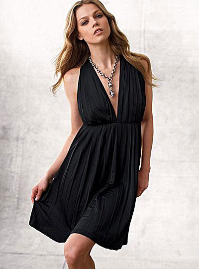 Кокетливое платье с глубоким V-образным вырезом фото