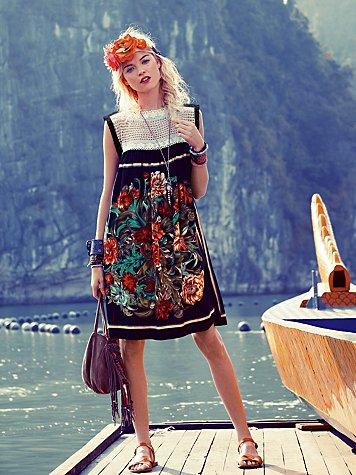 Модное платье с цветочным принтом фото