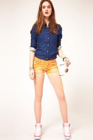 С чем носить яркие джинсовые шорты фото