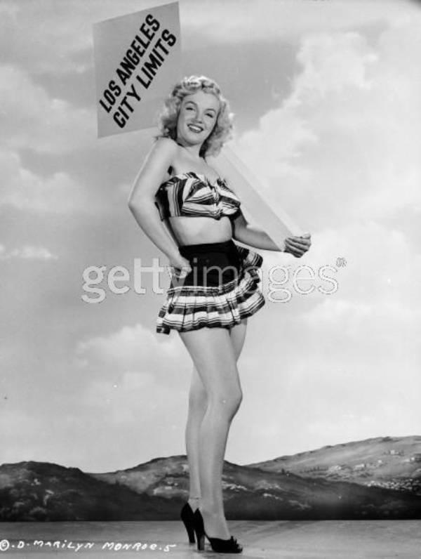 Несмотря на несоответствие своей фигуры с новыми идеалами красоты, Мерлин Монро не стесняется одевать мини-юбку