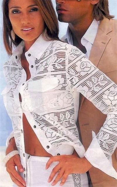 Белоснежная рубашка с узором из роз