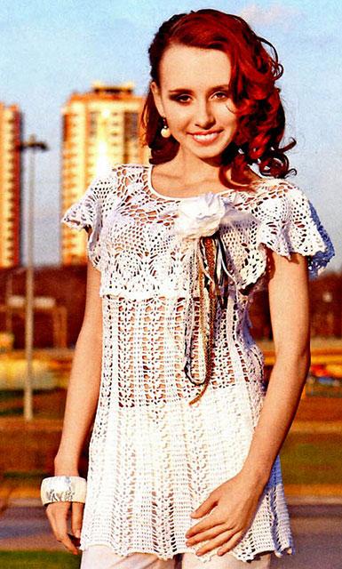 Белое платье-туника с круглой кокеткой