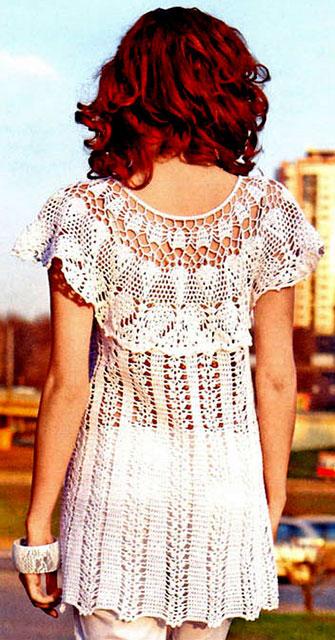 Белое платье-туника с круглой кокеткой вид сзади