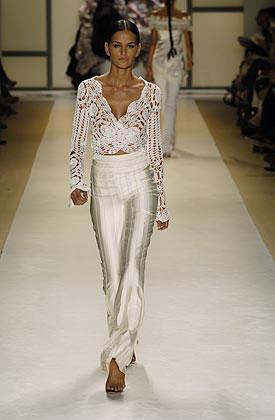 Модель на подиуме в блузке от Карлос Миле