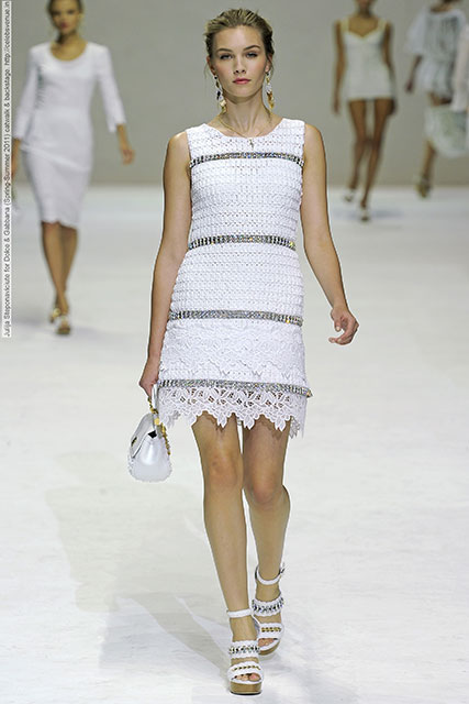 белое платье с подиума от Dolcegabbana схема вязания крючком и