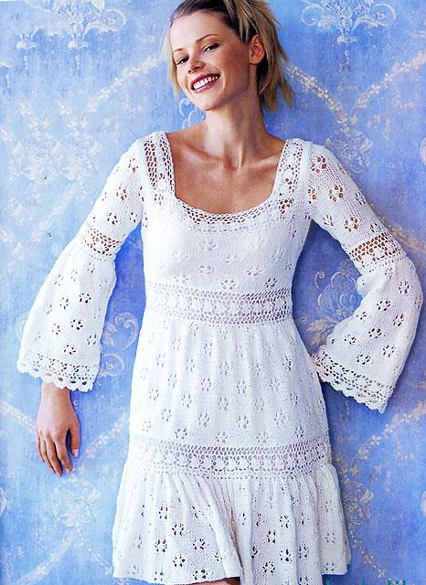 Ажурное платье спицами с расклешенным рукавом из хлопка