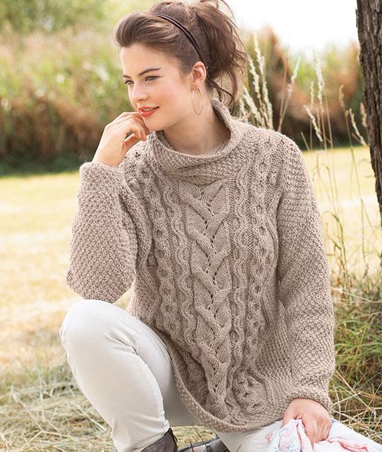 Бежевый пуловер с сочетанием рельефных узоров и кос