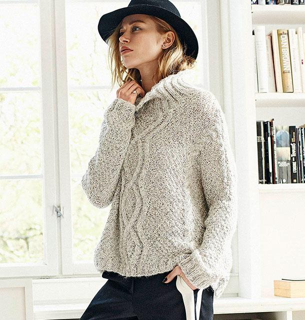 Пуловер-оверсайз из двух видов пряжи с арановым узором и косами