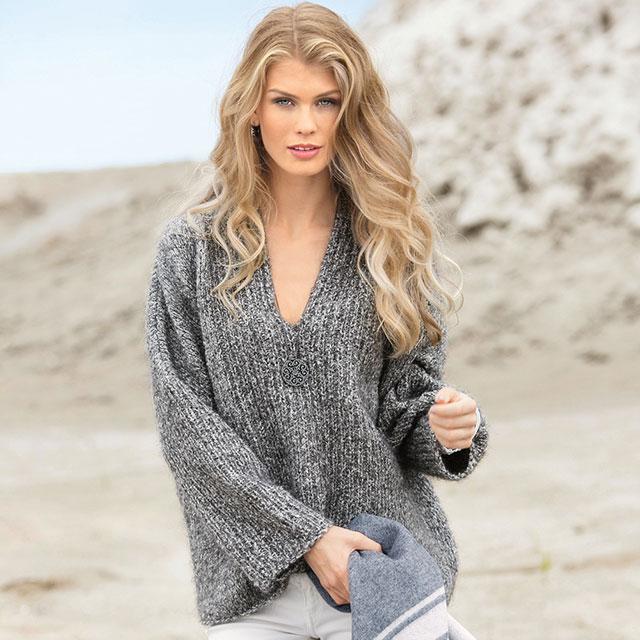 Объемный пуловер из меланжевой пряжи серого цвета
