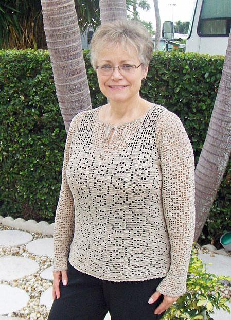 Серый пуловер филейкой
