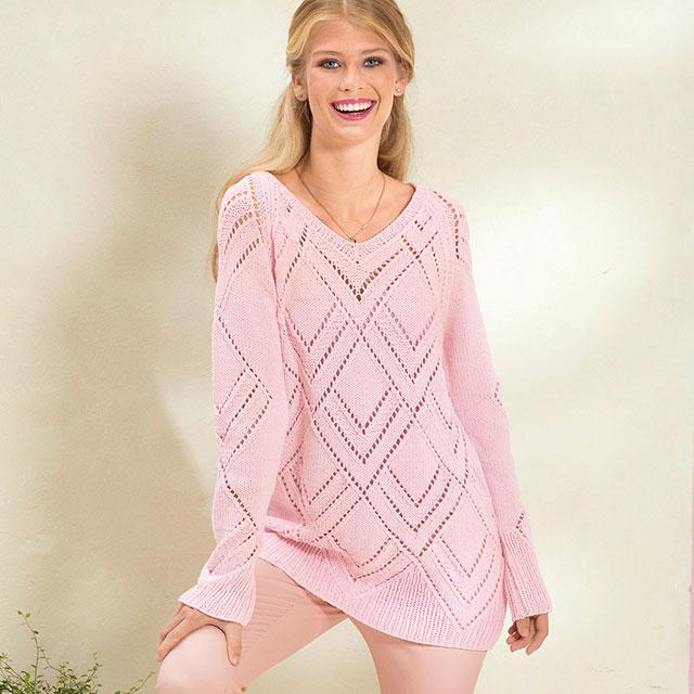 Нежно-розовый пуловер с ажурным узором из ромбов