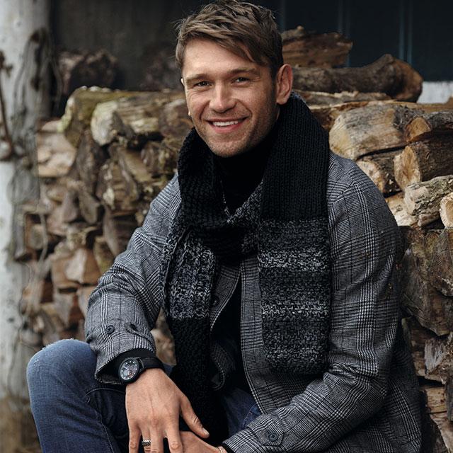 Мужской шарф с рельефными узорами