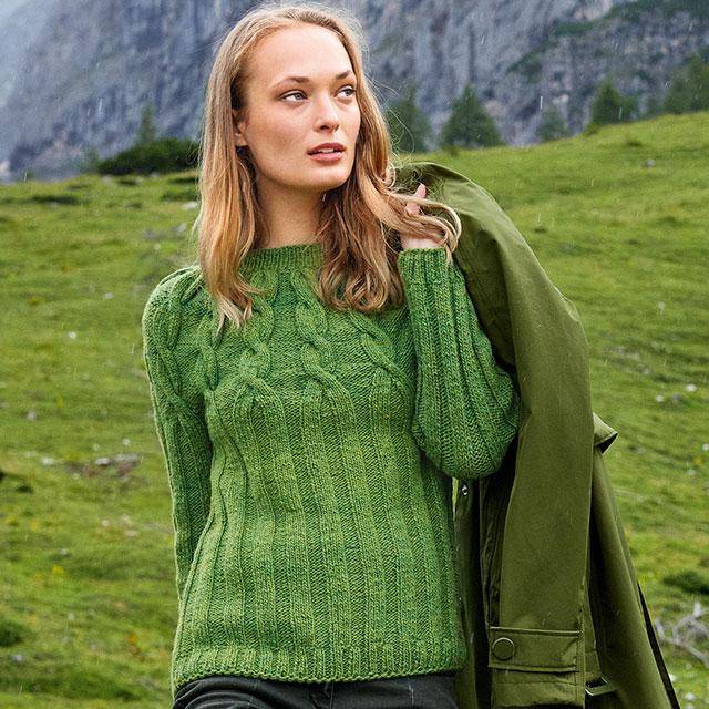 Зеленый свитер с кокеткой из кос