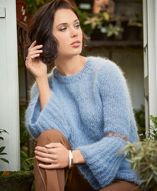 Джемпер с расклешенными рукавами голубого цвета
