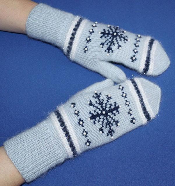 Варежки со снежинками и бусинами серебристого цвета