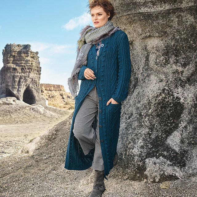 Синее пальто с рельефным узором и вертикальными рядами «шишечек»