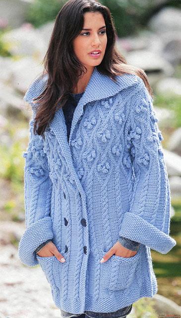 Нежно-голубое пальто с ромбами, косами и шишечками