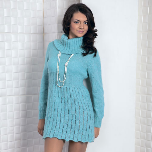 Голубое платье с большим воротником