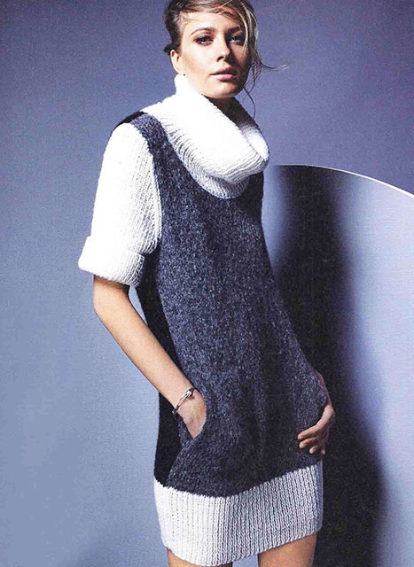 Платье лицевой гладью с короткими рукавами и высоким воротником-стойкой