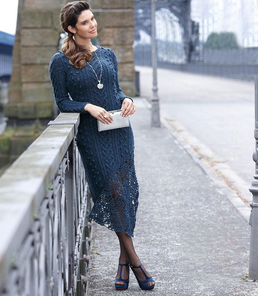 Синее платье с ажурной вставкой