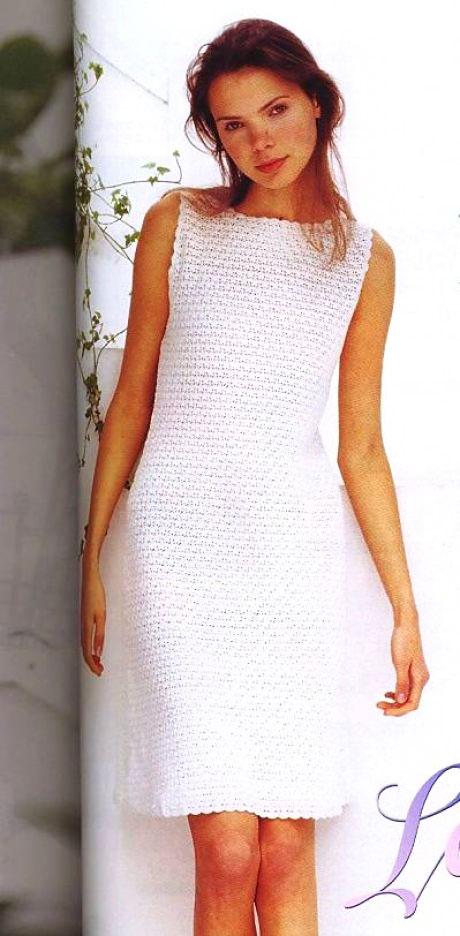 Классическое платье белого цвета плотным узором