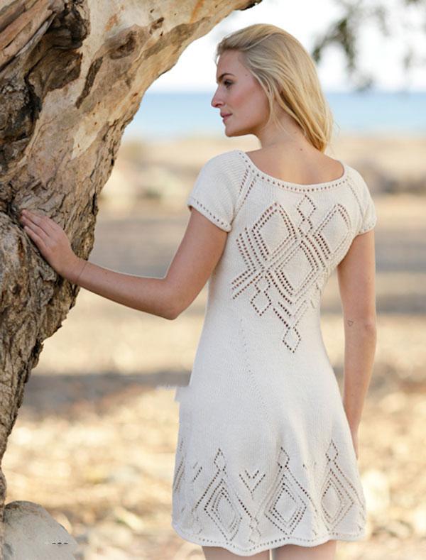 Белое платье с ажурной спиной и каймой из ромбов