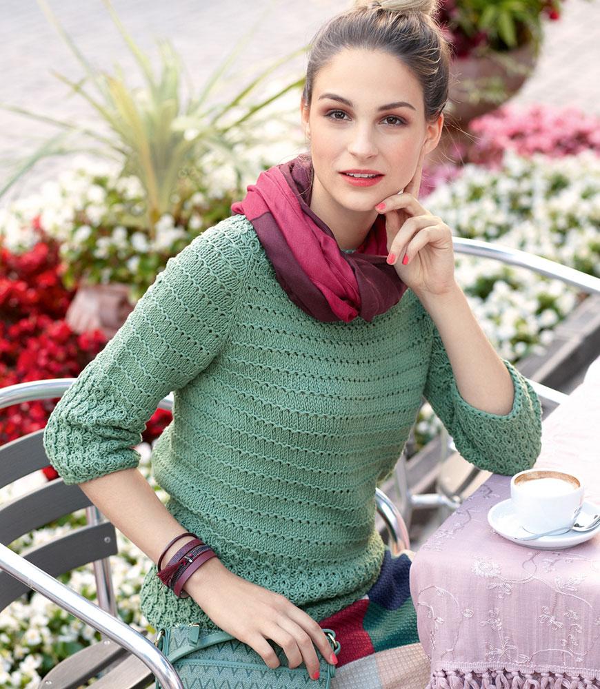 Пуловер в рубчик реглан связан сверху вниз