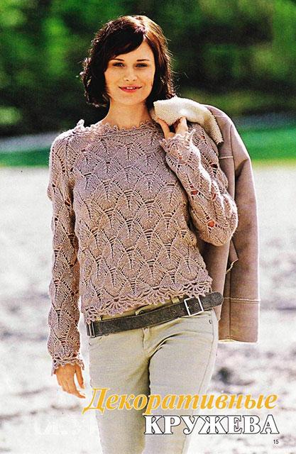 Узор с мотыльками на пуловере бежевого цвета