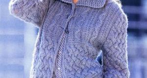 Теплый жакет с плетеным рустикальным узором и косами голубого цвета
