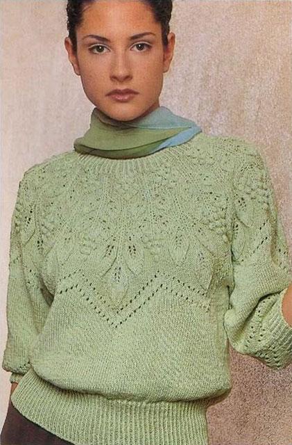 Пуловер с узорчатой кокеткой в оливковых тонах