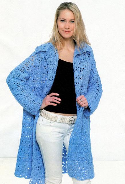 Вязаное пальто из толстой пряжи ажурным узором