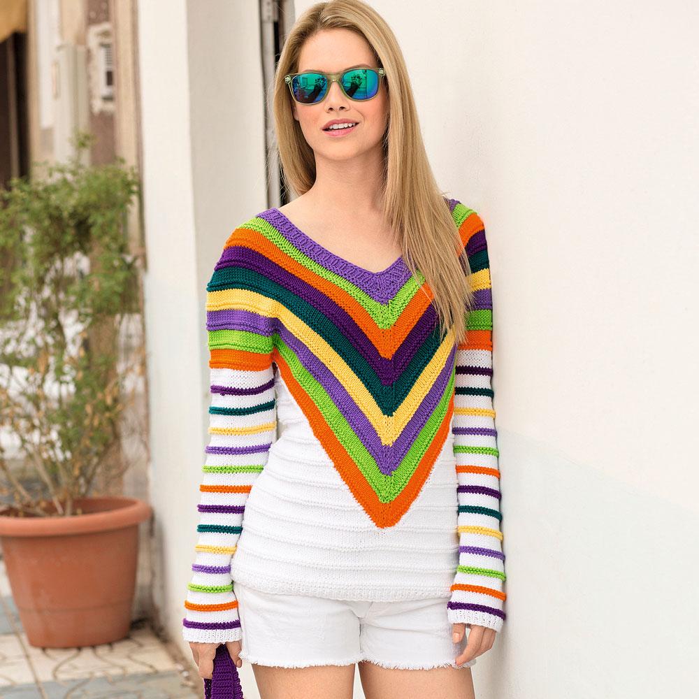 Джемпер с полосатой V-образной кокеткой узором из разноцветных нитей