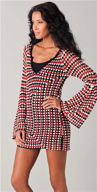 Яркое платье с расклешенным рукавом квадратным мотивом