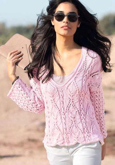 Узор с резной листвой на розовом пуловере