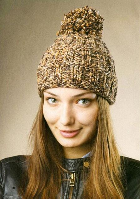 Меланжевая шапочка с большим помпоном рельефным узором