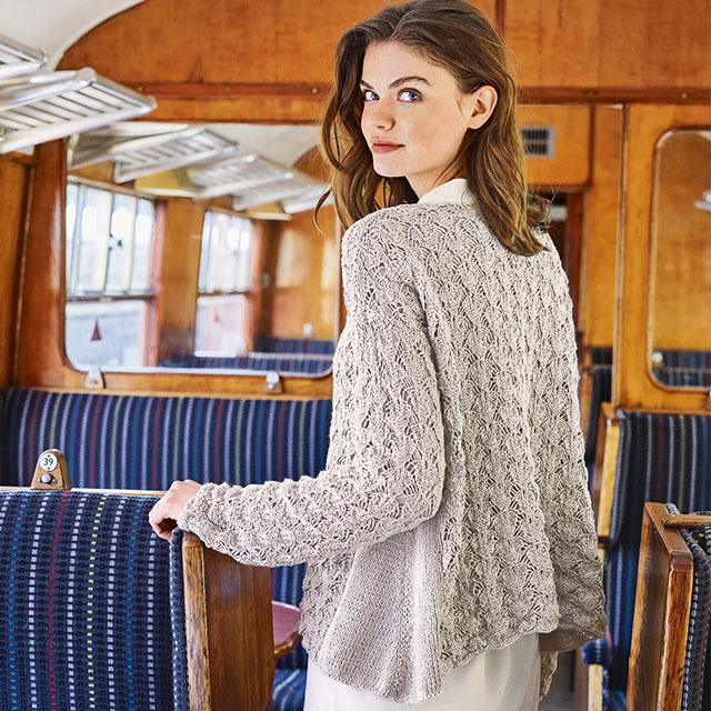 Ажурный пуловер-туника А-образного силуэта с плотными боковыми вставками