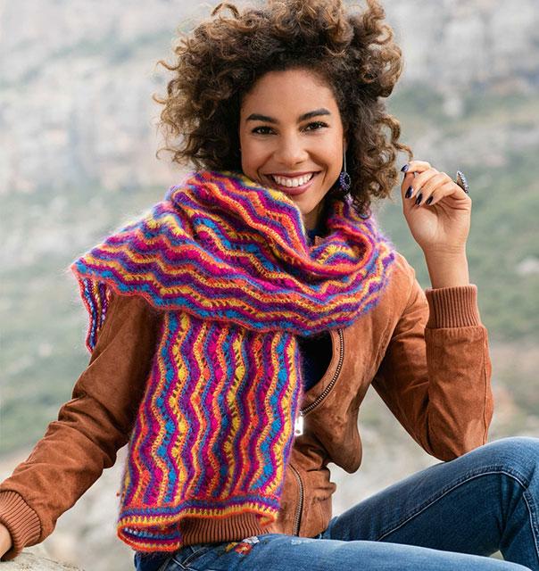Мохеровый шарф зигзагообразным узором из пряжи пяти цветов
