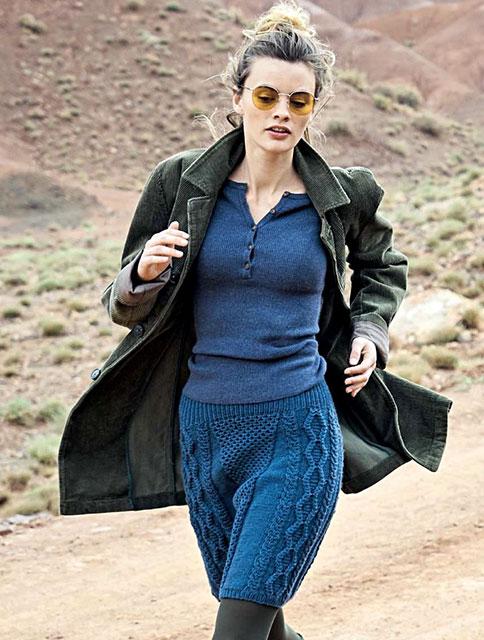 Синяя юбка с миксом узоров из сот и кос