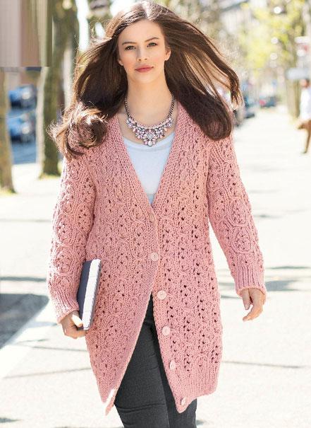 Розовое пальто волнистым ажурным узором на пуговицах спицами – схема вязания с описанием