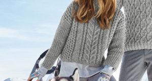 Короткий свитер с центральной косой и крупными рельефными узорами