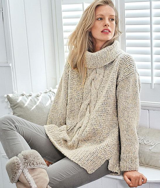Светлый свитер с центральной косой и боковыми разрезами
