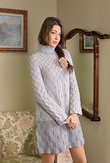 Теплое и комфортное платье серого цвета