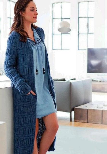 Синее пальто поперечными полосами с патентным узором