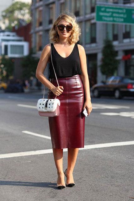 На фото сочетании юбки-карандаш бордового цвета с черной майкой