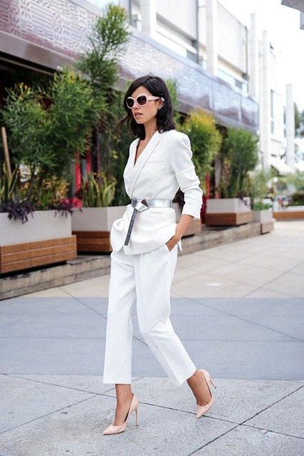 Белый укороченный брючный костюм